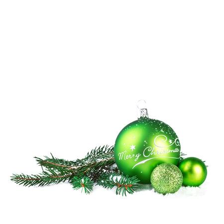 abeto: Bola de Natal com abeto ramo isolado no branco