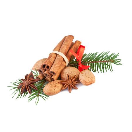adornos navideños: Decoración de Navidad con especias fragantes aislados en blanco Foto de archivo