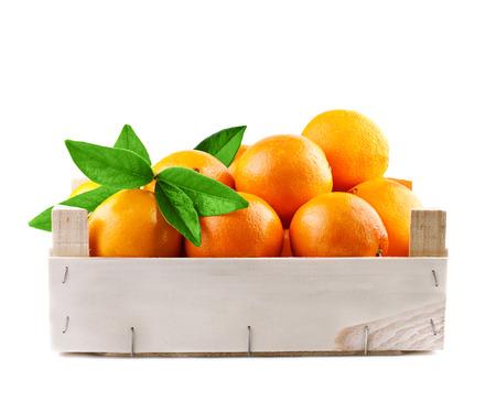 verse sinaasappelen vruchten in een houten kist Stockfoto
