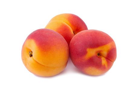 Meruňky izolovaných na bílém