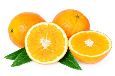 naranja color: frutas de naranjas aislados en blanco