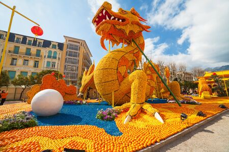 Menton, FRANCIE - 20. února: Art z citronů a pomerančů v proslulé Lemon festivalu (Fete du Citron). Slavný ovocný sad obdrží 160.000 návštěvníků ročně. Menton, Francie - 20.února 2015 Redakční