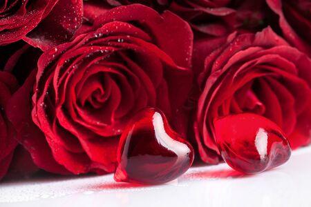 rosas rojas: rosas rojas flores y dos corazones, enfoque en primer plano