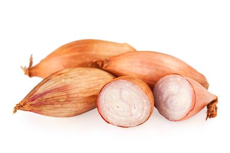 cebolla blanca: cebollas chalotes aislados en blanco Foto de archivo