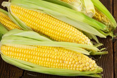 corn on the cob: Corn cob over wood