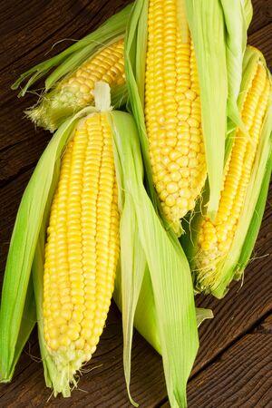 elote: Mazorca de maíz en el fondo de madera Foto de archivo