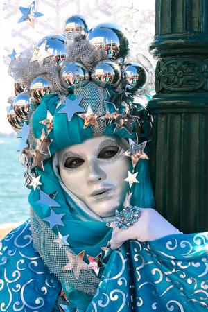 Nicht identifizierte verdeckte Person, die während des Venedig-Karnevals aufwirft