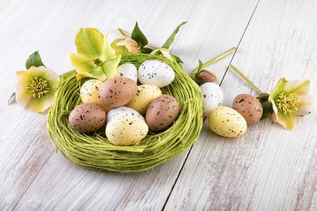 colores pastel: Jerarqu�a de Pascua con huevos de colores pastel de la decoraci�n Foto de archivo