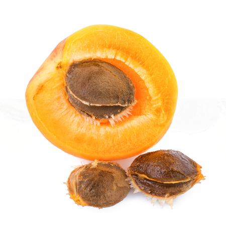 Meruňkových jader s ovocem na bílém pozadí. Detailní meruňkových jader. Reklamní fotografie