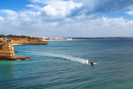 Kust van de Algarve in de buurt van Armacao de Pera, Portugal. Speedboot excursie