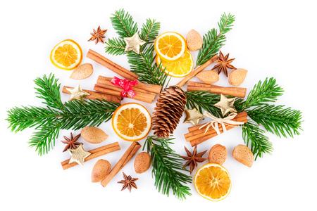 Vánoční koření uspořádání na bílém pozadí. Ploché ležení, pohled shora. Reklamní fotografie