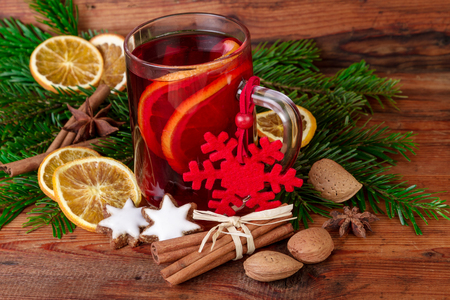 vin chaud: mulled wine glass hot wine on old wooden background Banque d'images