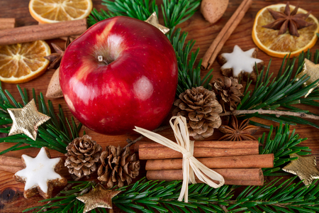 Vánoční červené jablko s zimních koření detailní