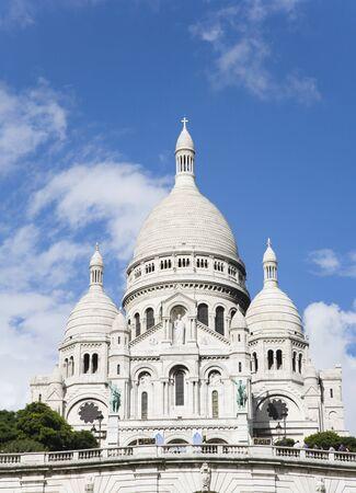 sacre coeur: La basilique du Sacr�-C?ur de Paris vu de la colline de Montmartre.