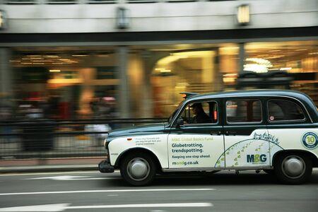 panning shot: Londra, Regno Unito - 13 novembre 2010: taxi per la strada di Londra. I taxi sono il simbolo pi� rappresentativo di Londra cos� come a Londra