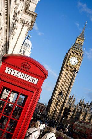 cabina telefonica: Big Ben y la cabina de tel�fono rojo en Pariament Square en Londres Editorial
