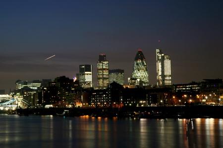 Londýn Noční pohled je patrné z North Bank Tower Bridge