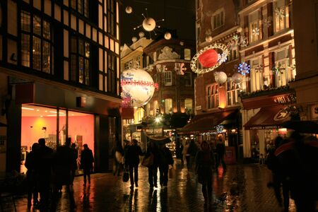 londre nuit: Londres, Royaume-Uni - 16 D�cembre, 2010: Vue de nuit de la rue Carnaby Street avec d�coration de No�l. Carnaby Street est bien connu quartier commer�ant et il est �galement c�l�bre pour sa belle d�coration de No�l.