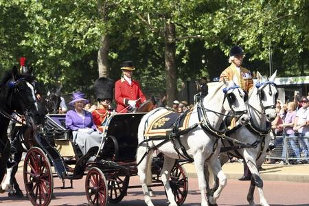 伦敦,英国——2006年6月17日:英国女王伊丽莎白二世和菲利普亲王在阅兵仪式上坐在皇家马车上,阅兵仪式也被称为女王的生日游行