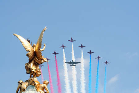 伦敦,英国 -  2006年6月17日:军事航空展示在妇女队的彩色仪式结束时的生日,也被称为女王的生日游行。