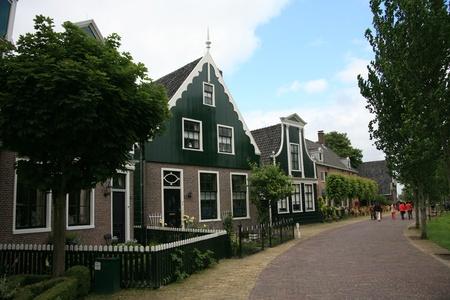 zaanse: Zaanse Schans, Nederland - 20 juni 2010: Traditioneel huis op de Zaanse Schans, Noord-Holland. Zaanse Schans is beroemd om zijn collectie van goed bewaarde historische windmolens en huizen