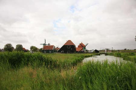 zaanse: Molens van de Zaanse Schans, Noord-Holland. Zaanse Schans is beroemd om zijn collectie van de goed bewaarde historische molens en huizen