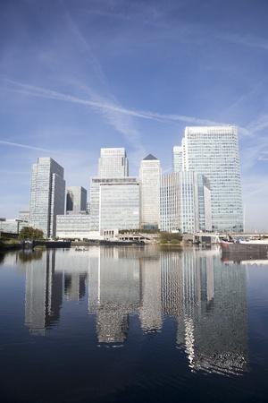 kanarienvogel: Office-Wolkenkratzer in Canary Wharf. Canary Wharf ist das wichtigste Finanzzentrum in London Lizenzfreie Bilder