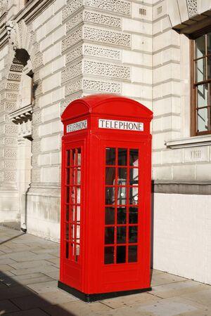 cabina telefonica: Cabina de tel�fono rojo es uno de los m�s famosos iconos de Londres Foto de archivo