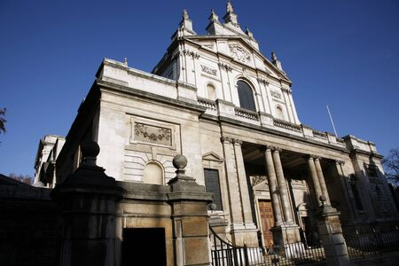 oratoria: Oratorio de Brompton es una iglesia católica romana en el sur de Kensington, Londres.