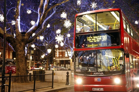 Londra, UK - 30 novembre 2011: Christmas Lights Display a Sloane Square a Chelsea, Londra. Le moderne luci colorate di Natale attirare e incoraggiare le persone in strada.