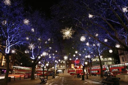 atraer: Luces de Navidad de pantalla en Sloane Square en Chelsea, Londres. Las luces de Navidad moderno colorido atraer y animar a la gente a la calle. Foto de archivo