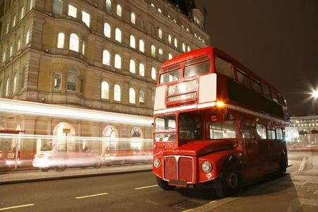 Percorso Bus Master in strada di Londra. Percorso Bus Master � il simbolo pi� iconico di Londra, nonch� di Londra taxi neri. Archivio Fotografico - 11691976