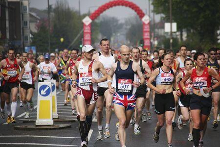 伦敦,英国- 2010年4月25日:运动员在伦敦马拉松。伦敦马拉松紧挨着纽约、柏林、芝加哥和波士顿,是世界马拉松大赛的冠军联赛。
