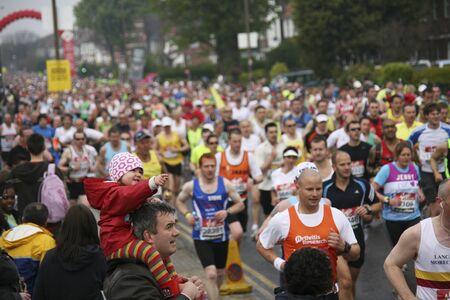 伦敦,英国- 2010年4月25日:支持者观看和欢呼数千马vwin202拉松运动员。伦敦马拉松紧挨着纽约、柏林、芝加哥和波士顿,是世界马拉松大赛的冠军联赛。