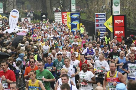 伦敦,英国——2006年4月23日:伦敦马拉松赛的选手们。伦敦马拉松紧挨着纽约、柏林、芝加哥和波士顿,是世界马拉松大赛的冠军联赛。