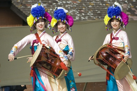 korean fashion: Londres, Reino Unido - 15 de agosto de 2009: Corea bailarines �tnicos realizar, Jangguchum, bailar con janggu, reloj de arena con forma de tambor, en el Festival de Corea el 15 de agosto de 2009 en Londres, Reino Unido. Editorial