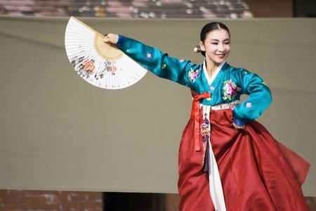 korean fashion: Londres, Reino Unido - 15 de agosto de 2009: Corea bailarines �tnicos realizar, Buchaechum, danza de los abanicos, en el Festival de Corea el 15 de agosto de 2009 en Londres, Reino Unido.