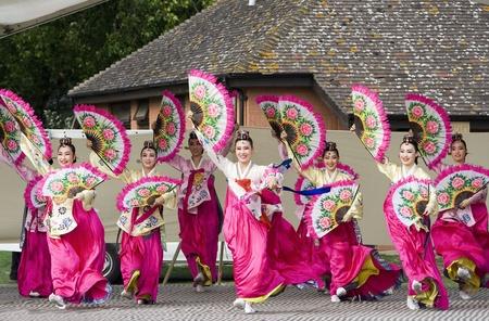 Londen, Verenigd Koninkrijk - 15 augustus 2009: Koreaanse etnische dansers, Buchaechum, ventilator dans, in de Koreaanse Festival op 15 augustus 2009 in Londen, Verenigd Koninkrijk.