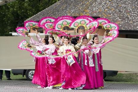 ethnic dress: Londra, Regno Unito - 15 agosto 2009: coreani ballerini etnici eseguire, Buchaechum, danza fan, al Festival coreano il 15 agosto 2009 a Londra, Regno Unito.