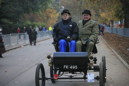 london to brighton veteran car run: London, UK - November 07, 2010: London to Brighton Veteran Car Run participants, Oldsmobile, 1902,  leaving Hyde Park, the event starts at 7:00am at the Serpentine Road in Hyde Park.