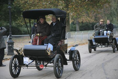 london to brighton veteran car run: London, UK - November 07, 2010: London to Brighton Veteran Car Run participants, Oldsmobile, 1903,  leaving Hyde Park, the event starts at 7:00am at the Serpentine Road in Hyde Park.