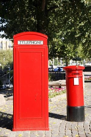 cabina telefonica: Cabina de tel�fono y buz�n rojo es uno de los m�s famosos iconos de Londres