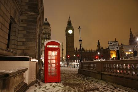 Londen, rode telefooncel en de Big Ben in de verte. Stockfoto