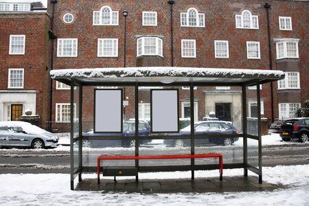 fermata bus: Il giorno di neve, alla fermata del bus vuoto a Londra