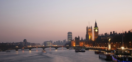 thames: Westminster Palace, Big Ben and Victoria Tower, seen from Hungerford Bridge at Dusk Stock Photo