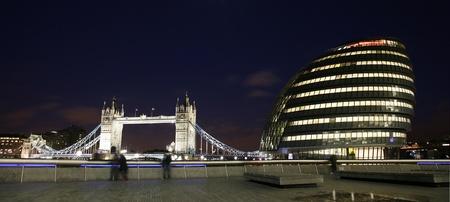 Londen Cityscape, met inbegrip van de Tower Bridge en de City Hall, uit North Bank van de Theems Stockfoto