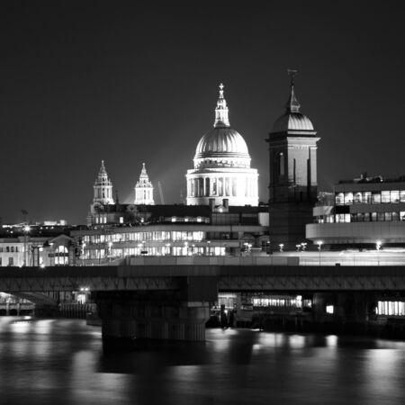 londre nuit: Cath�drale Saint-Paul, vu du pont de Londres, localise au sommet de Ludgate Hill dans la City de Londres Banque d'images