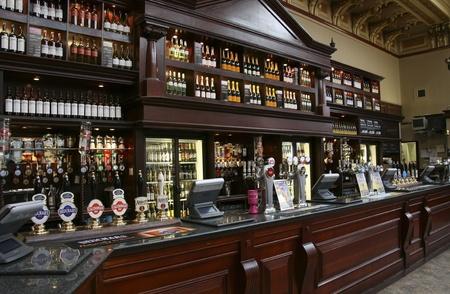Edinburgh, Verenigd Koninkrijk - 24 juli 2010: Binnen mening van een drankgelegenheid, bekend als cafe, voor het drinken en gezelligheid, is het middelpunt van de gemeenschap, Pub bedrijf, nu ongeveer 53.500 pubs in het Verenigd Koninkrijk, is gedaald per jaar. Redactioneel