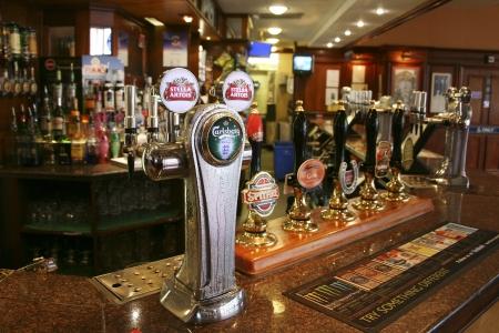 Londen, Verenigd Koninkrijk - 26 augustus 2010: Binnen mening van een openbaar huis, beter bekend als cafe, voor het drinken en gezelligheid, is het middelpunt van de gemeenschap, Pub bedrijf, nu zo'n 53.500 pubs in het Verenigd Koninkrijk, is gedaald per jaar.