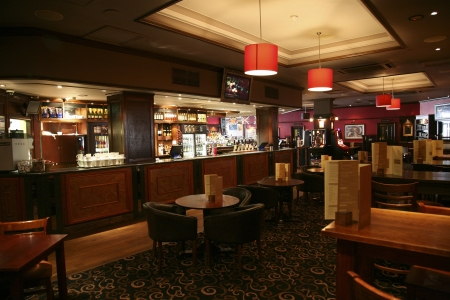 Londen, Verenigd Koninkrijk - 03 juni 2011: In het licht van een cafe, bekend als cafe, voor het drinken en gezelligheid, is het middelpunt van de gemeenschap, Pub bedrijf, nu zo'n 53.500 pubs in het Verenigd Koninkrijk, is gedaald per jaar.